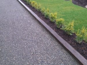 4 great edging ideas for your gravel driveway gravel for Edging to keep mulch off sidewalk